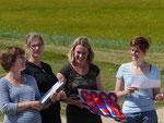 Am Ende wurden die Ergebnisse von Orientierungsritt und Parcours zusammengezählt. Die Turnierrichter Patricia, Anna-Denise, Katharina und Anke nahmen die Siegerehrung vor. Lena auf Lukka wurde Siegerin der Veranstaltung. Herzlichen Glückwunsch!
