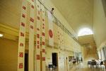 平塚市美術館1Fの吹き抜けのホール。数メートルの障子紙に貼った剪紙作品を垂らす。