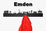 Objekte der Skyline (v.l.n.r.):  VW Werk Emden, Hafentor, Feuerschiff Amrumbank, Windkraft, Radfahrer, Kunsthalle Emden, Otto Walkes, Wasserturm, Johannes A Lasco Bibliothek, Rathaus Emden