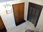 Imitation stuc pierre, imitation noyer sur les portes,patine métallique fer sur encadrement ascenseur -cage d'escalier Paris 4-