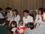 子供たちと握手