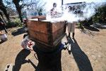 津久井大豆での醤油絞り。昔ながらの絞りの再現です。