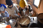 津久井在来大豆でゆしどうふづくり。