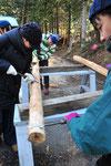 槍カンナという昔ながらの道具で柱を仕上げます。今の平らなカンナがなかった時代は、これで板も仕上げていたそうです。