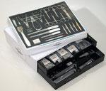 Malteser-Verkaufskassette M 5023 -Zahlteller und Instrumente-Depot für perfekte Manicure-Pedicure-Cosmetic - 34 x 28 x 13 cm - 106 teilige Bestückung - zum Vergrößern klicken