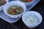 ビニール袋でご飯を炊いて豚汁の試食体験。