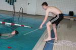 Das Retten mit Leine gehört zu den Aufgaben beim Ablegen des Rettungsschwimmabzeichens Gold