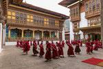 ... kurze Zeit später fanden sich alle Mönche zum gemeinsamen Üben des Tanzes für ein nahendes Fest ein.