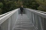 Debora auf der Aussichtsplattform in der  Schlucht Corrieshalloch Gorge. Sowohl die Aussichtsplattform wie auch die Hängebrücke über die Schlucht sind für Menschen mit Höhenangst eine kleine Mutprobe.