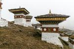 Die 108 Stupas können über einen Spazierpfad gut besichtigt werden.