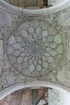 Prachtvolle, stuckverzierte Deckenornamente im Pavillion des Macchi Bhavan