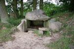 Eines der 12 Hünengräber nahe Lancken-Granitz.