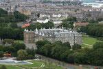 Blick auf den Palace of Holyroodhouse, die offizielle schottische Residenz von Königin Elisabeth II.