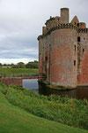 Caerlaverock Castle ist komplett von einem wassergefüllten Graben umgeben und wurde nicht, wie viele andere Burgen, auf einem Felsen errichtet
