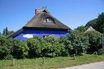"""Die rohrgedeckte """"Blaue Scheune"""" ist das Wahrzeichen von Hiddensee."""