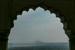 Blick vom Red Fort auf das Taj Mahal (leider mit Smog).