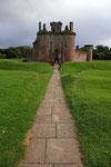 An der nördlichen Ecke des Caerlaverock Castle befindet sich das Torhaus, das aus einem Doppelturm besteht.