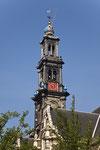 Kirchturm mit Krone und Glockenspiel.