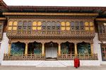 Mönche vor dem Tempel des Punakha Dzong.