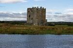 1455 wurde die Treave Castle von James II erobert. Die Einschlaglöcher der Kanonen sind immer noch zu sehen.