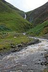 Der Fluss Moffat Water im Moffat Water Valley. Im Hintergrund ist der Wasserfall Grey Mare´s Tail zu sehen.