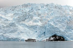 Der Gletscher im Vergleich zu einem weiteren Boot.