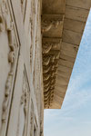 Kunstvolle Figuren am Dach des Khas Mahal