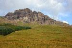 The Storr, eine Basaltmonolith ragt 49 Meter hoch in den Himmel.