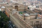 Vatikanische Museen von der Kuppel des Petersdoms fotografiert.