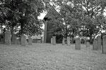 Der hölzerne Kirchturm steht etwas abseits der Kirche in Altenkirchen.