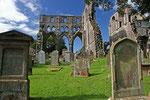 Sweetheart Abbey  (bei New Abbey / Dumfries & Galloway) wurde im Jahr 1273 von Devorguilla von Galloway zur Erinnerung an ihren Ehemann John de Balliol, auf dessen hier einbalsamiertes Herz der Name der Abtei zurückgeht, gestiftet.