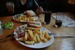 Den Abend ließen wir gemütlich in Fort Augustus ausklingen. In einen Pub nahe unserem B&B bestellten wir schottische Cheesburger mit Pommes.
