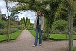 Debora im Garten von Cawdor Castle.