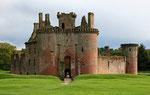 Caerlaverock Castle (nahe Shearington / Dumfries & Galloway) ist die einzige dreieckige Wasserburg in Schottland.