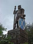 Statue von William Wallace. Die Statue stand mitten im Wald und bot vom Parkplatz aus zu einem Spaziergang ein.