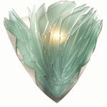 Halbrunde, breite Wandleuchte aus reliefgestrahltem, grünlichen Glas mit einer Klammer aus Messing