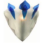 Halbrunde, breite Wandleuchte aus mattem Glas mit drei kronenartigen, blauen Glassperen und einer Klammer aus Messing