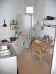 ... ist meine Küche / Esszimmer. Berliner Klassiker: Die Dusche mittendrin!