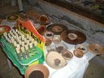 Schalen mit diversen Saatgut