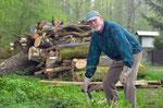 Im Rahmen der Umweltwoche werden von der NABU-Gruppe die alten Zaunpfähle und die morschen Querhölzer entfernt.  Foto: Josef Taphorn