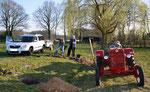 Da Bäume schnell in die Erde müssen unterstützt hier die Familie des NABU-Mitglieds.