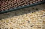 Perfekt passen die Nistkästen in die Fassade der wunderschönen alten Gemäuer. Foto: Josef Taphorn