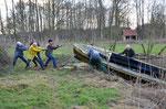 Und hier der Kraftakt. Aufgabe: Ziehe ein 5 Meter langes, mit Wasser vollgelaufenes Boot, an Land . Foto Josef Taphorn
