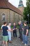 Seit vielen Jahren betreut Herr Prima die Mauersegler an der Gehrder Kirche, mittlerweile unter wissenschaftlicher Begleitung. Foto: Josef Taphorn
