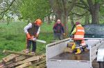 Das morsche Holz wird entsorgt, eine andere Verwendung machte hier keinen Sinn mehr. Foto: Josef Taphorn