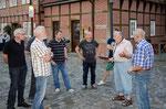 Vor der Besichtigung der Brutstätten erhalten wir viele Informationen zum Mauersegler von Herrn Prima. Foto: Josef Taphorn