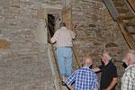 Um in das Gewölbe der Kirche zu gelangen ist ein wenig Sportlichkeit von Vorteil. Foto: Josef Taphorn