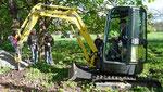 Mit maschineller UNterstützung werden die Löcher für die neuen Zaunpfähle ausgehoben. Foto: Josef Lanfermann