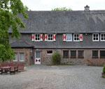 Burghof mit Wirtschaftsgebäude