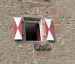 Fensterläden und Burgwappen